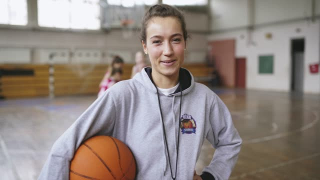 stockvideo's en b-roll-footage met vrouw basketbal coach op training - basketbal teamsport
