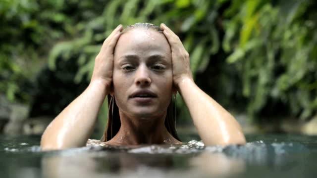 frau baden in natürlichen pool - nass stock-videos und b-roll-filmmaterial