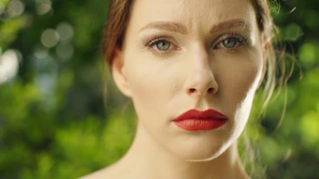 vidéos et rushes de portrait de femme beauté - rouge à lèvres rouge