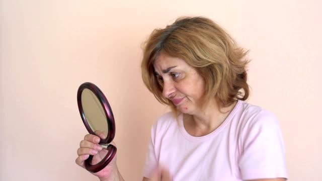 frau vor und nach dem auftragen von make-up und hairstyling - haartönung stock-videos und b-roll-filmmaterial