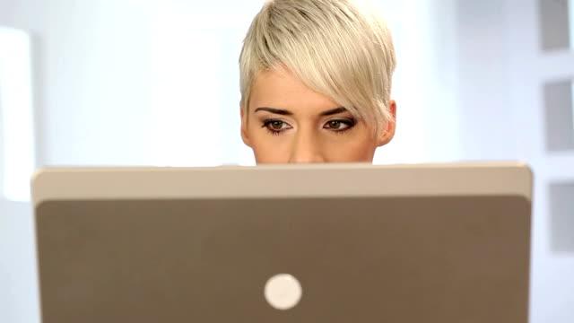 frau hinter laptop - hinter stock-videos und b-roll-filmmaterial
