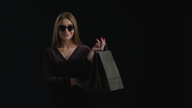 여자 블랙 프라이데이 쇼핑 - black friday 스톡 비디오 및 b-롤 화면