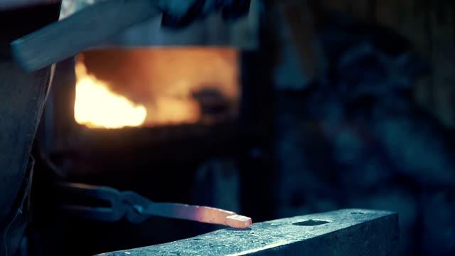 la fabbro donna forgia un ferro di cavallo. - fabbro ferraio video stock e b–roll