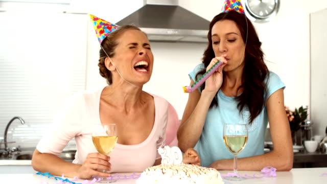 vidéos et rushes de femme, souffler la bougie et célèbre son anniversaire avec un ami - 30 34 ans