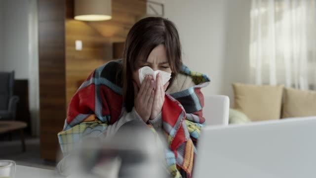 vídeos y material grabado en eventos de stock de mujer soplar su nariz  - flu