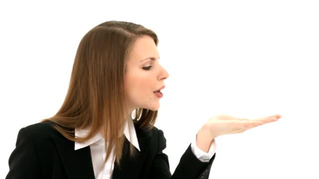 donna soffia qualcosa da mano - blazer video stock e b–roll