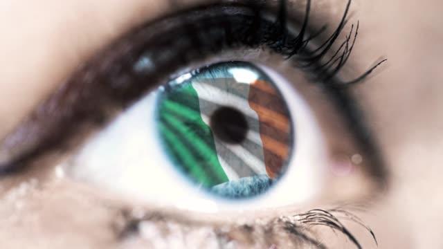 kvinnan blått synar i närbild med sjunka av irland in iris med linda vinkar. video koncept - endast unga kvinnor bildbanksvideor och videomaterial från bakom kulisserna