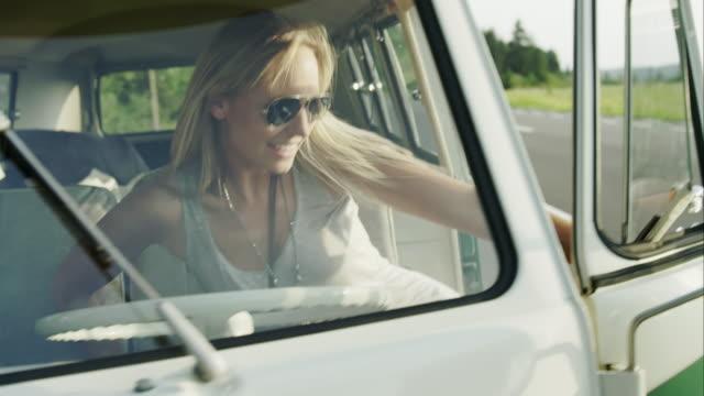kobieta na pokład van - wchodzić na pokład filmów i materiałów b-roll