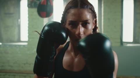 kadın boks punshing çanta - dişiler stok videoları ve detay görüntü çekimi
