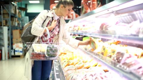 vídeos de stock e filmes b-roll de mulher comprar comida no supermercado. - carne
