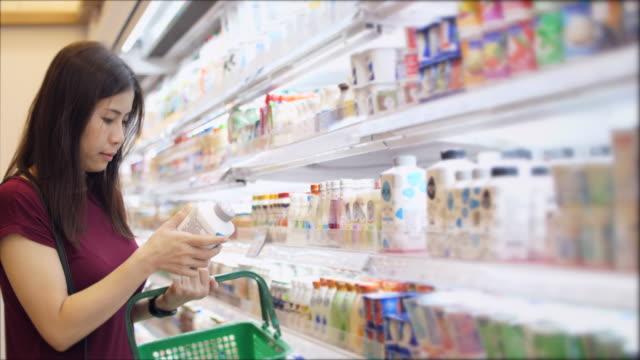 Mujer compra de alimentos en el supermercado - vídeo