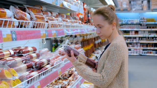 Frau Wurst im Supermarkt zu kaufen – Video