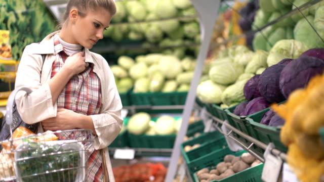 """donna acquistare un po """"di frutta in supermercato. - mercato frutta donna video stock e b–roll"""