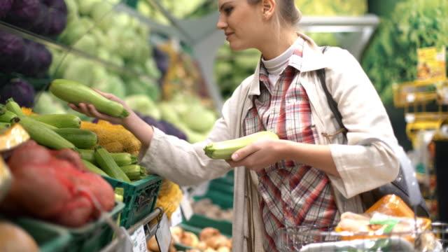 vídeos y material grabado en eventos de stock de mujer comprando algunas frutas en el supermercado. - eventos de etiqueta