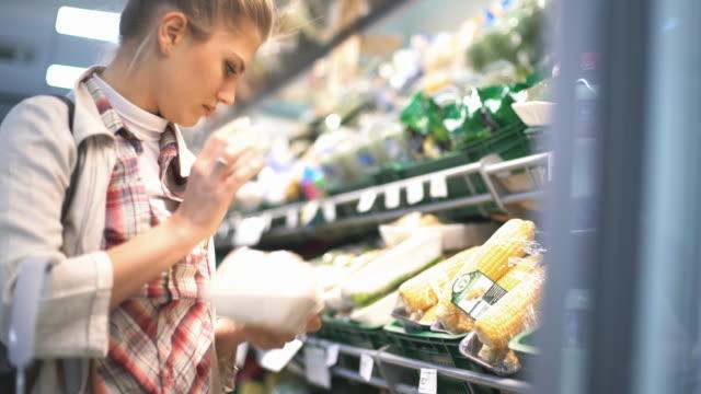 Mujer comprando algunas frutas en el supermercado. - vídeo