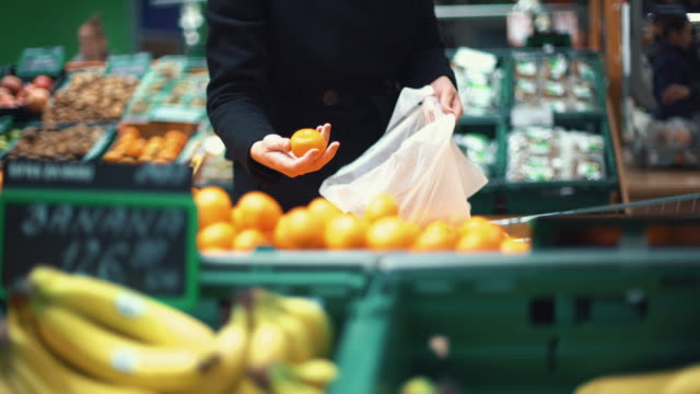 女性のスーパーで購入するいくつかのフルーツます。 - 籠点の映像素材/bロール
