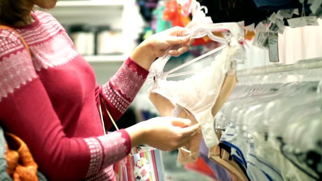 Mujer comprando ropa interior. - vídeo