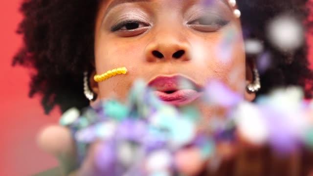색종이와 여자 축 하 생활 - 사육제 스톡 비디오 및 b-롤 화면