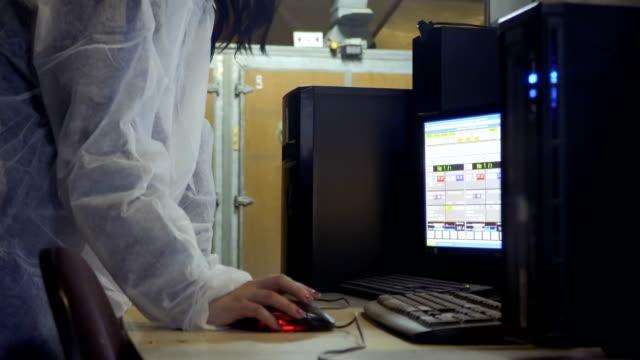 vidéos et rushes de femme vérifier des informations sur les pépinières d'entreprises en informatique à l'élevage de volailles - inspecteur
