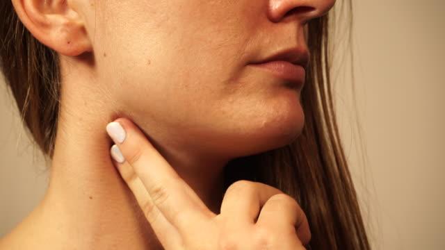 vídeos de stock e filmes b-roll de woman checking pulse on neck 4k - pescoço