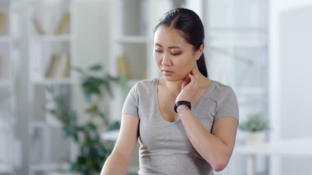 vídeos de stock e filmes b-roll de woman checking pulse with augmented reality smart watch at home - teeshirt template