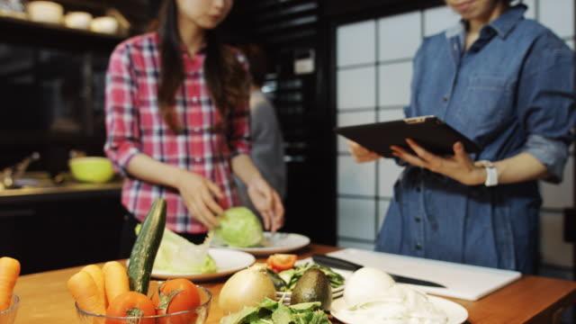 タブレットの女性チェック レシピ - 持ち上げる点の映像素材/bロール