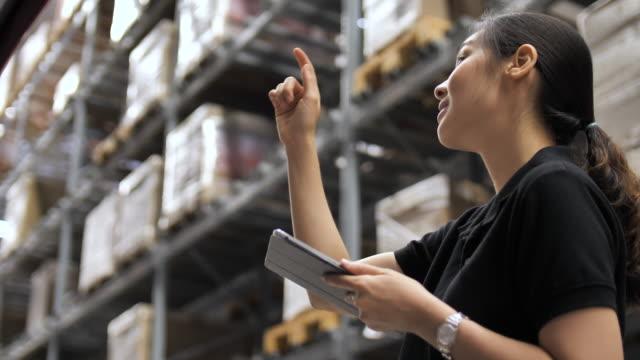 倉庫で女性チェックリスト - 日本文化点の映像素材/bロール