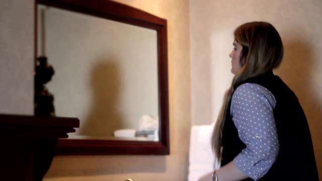 vídeos y material grabado en eventos de stock de mujer se echa un vistazo en el lujoso baño del hotel - baile de estudiantes de secundaria