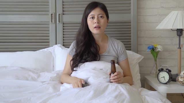 kvinna heja på sitt favoritlag hårt - japanese bath woman bildbanksvideor och videomaterial från bakom kulisserna