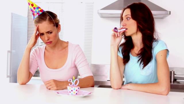 donna arrabbiata amici tifo up sul suo trentesimo compleanno - 30 34 anni video stock e b–roll