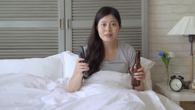kvinnan hurra för laget högt - japanese bath woman bildbanksvideor och videomaterial från bakom kulisserna