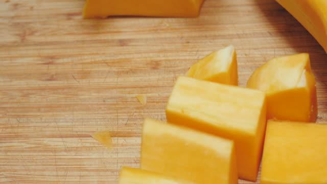 Frau Koch schnetzelt ein Butternut-Kürbis in 4k – Video