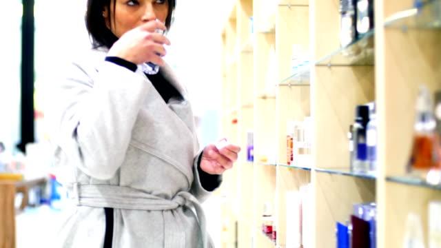 donna scelta di un profumo. - profumato video stock e b–roll
