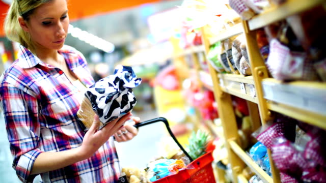 女性はスーパーマーケットのお料理をお選びいただけます。 - 食パン点の映像素材/bロール