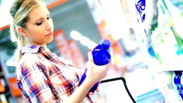 Mujer elegir algunos de los alimentos en el supermercado. - vídeo