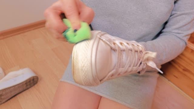 stockvideo's en b-roll-footage met vrouw schoon sneakers - running shoes
