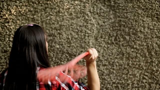 Frau einen Teppich Reinigung – Video