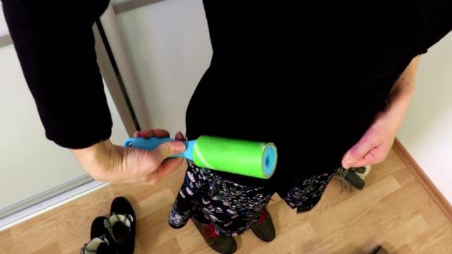 kvinna rengöring sida av jacka - formella kontorskläder bildbanksvideor och videomaterial från bakom kulisserna