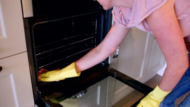 vidéos et rushes de femme nettoyage du four - four