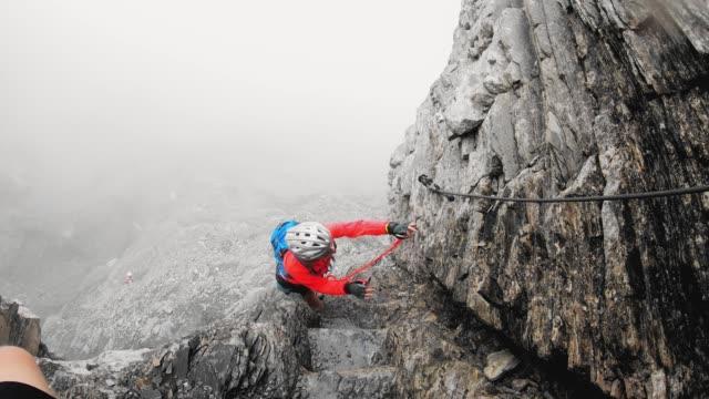 kvinna klättrare stigande upp för berget på via ferrata spår - wengen bildbanksvideor och videomaterial från bakom kulisserna