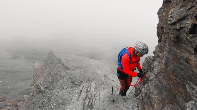kvinna klättrare på rotstock via ferrata spår - wengen bildbanksvideor och videomaterial från bakom kulisserna