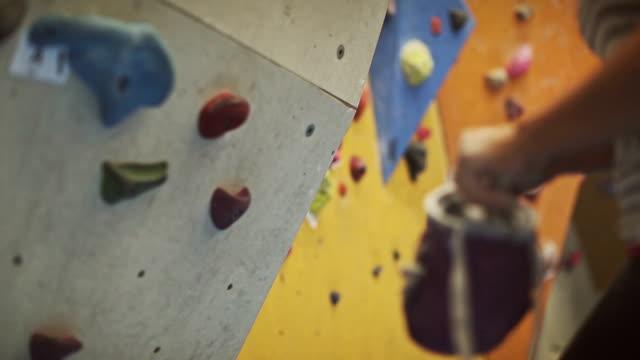 frau bergsteigen und bouldern - bouldering stock-videos und b-roll-filmmaterial