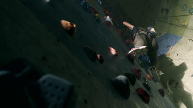 frau klettern - bouldering stock-videos und b-roll-filmmaterial