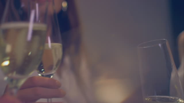 vidéos et rushes de femme de trinquer ensemble - champagne