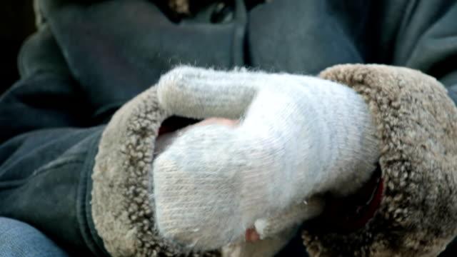 woman clothes for hand knitted mittens - rękawiczka filmów i materiałów b-roll