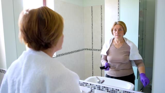 vídeos de stock e filmes b-roll de woman coloring her hair - matéria corante