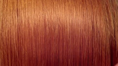 vídeos de stock e filmes b-roll de mulher pentear o cabelo. - cabelo