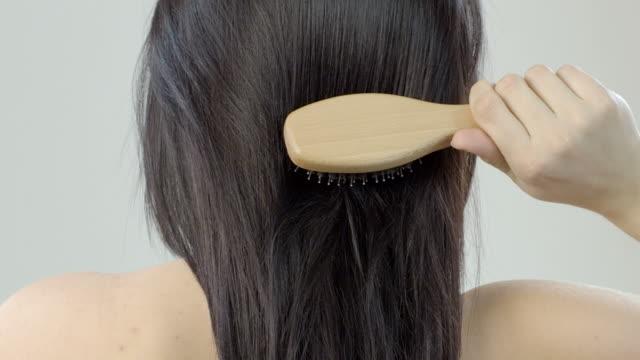 最上級の女性の長い髪とヘアブラシ - ブラシ点の映像素材/bロール