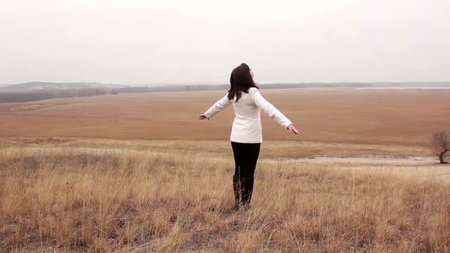 vídeos y material grabado en eventos de stock de mujer trata del barranco sus brazos en la naturaleza abierto simple de otoño - brazo humano