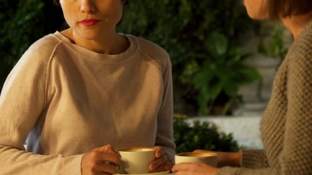 kvinna som tröstande syster efter skilsmässa, begreppet familj och stöd, närbild - coffe with death bildbanksvideor och videomaterial från bakom kulisserna